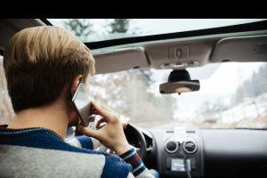Conducir hablando por celular: ¿cuál es la multa?