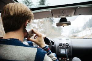 Multa por conducir hablando por celular