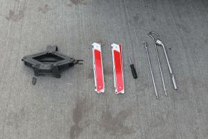 Cómo usar la gata de un auto para cambiar un neumático