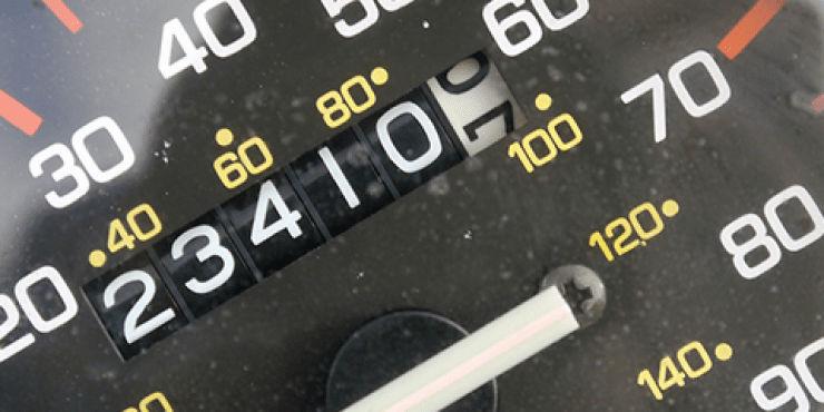 Revisa los registros de kilometraje al comprar un auto usado